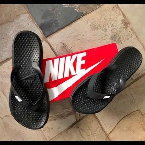 Nike Solay Thong. Sz. 8 gently used. Black w/ logo